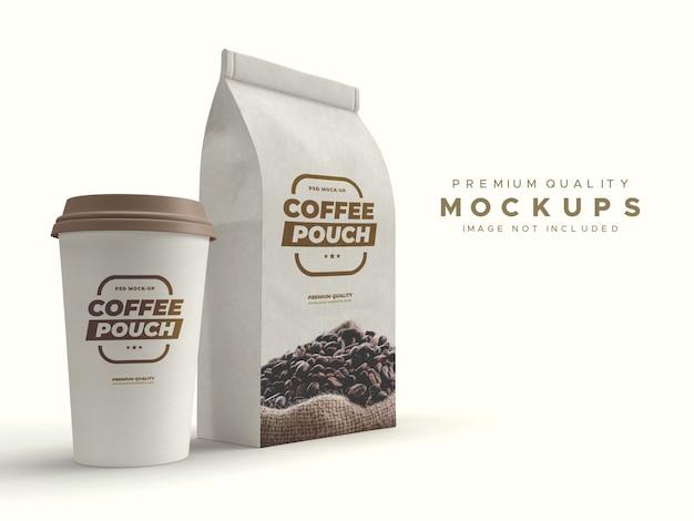 Mockup di sacchetto di carta marrone artigianale e tazza di caffè Psd Premium
