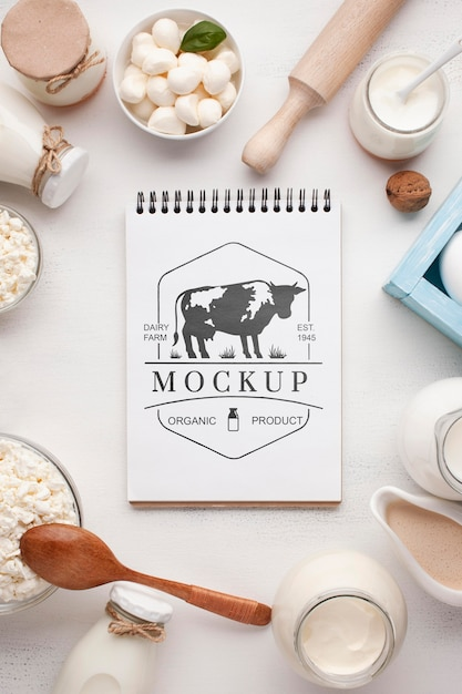 Disposizione dei latticini con mock-up di blocco note Psd Premium
