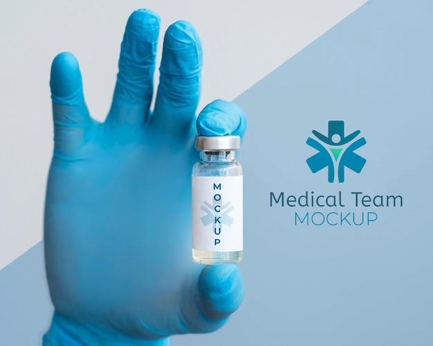 Medico che tiene una bottiglia di vaccino Psd Premium