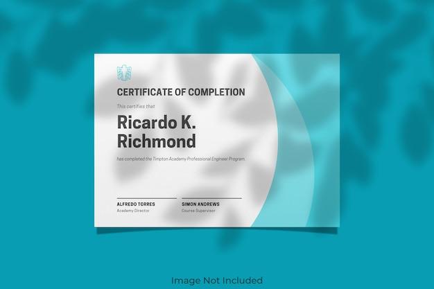 Elegante mockup di certificato con sovrapposizione di ombre Psd Premium