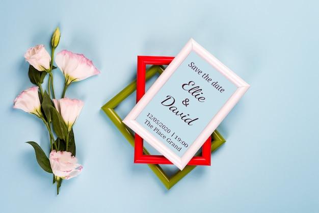 Cornici vuote di colore, cuori rossi ed eustoma dei fiori sul blu Psd Premium