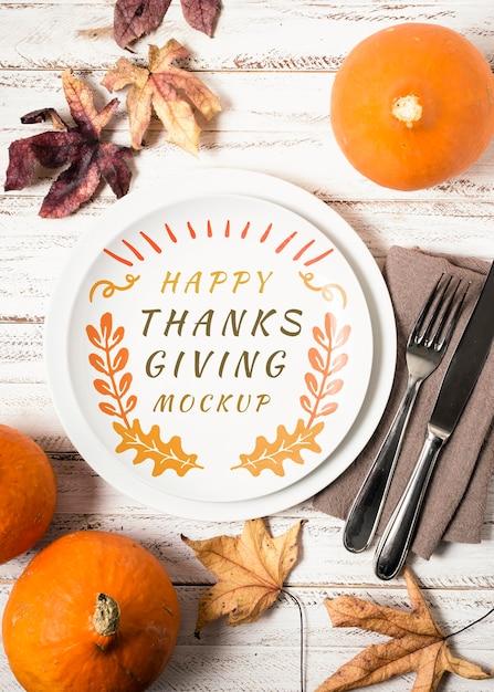 Mock-up del ringraziamento per frutta e foglie secche piatte Psd Premium