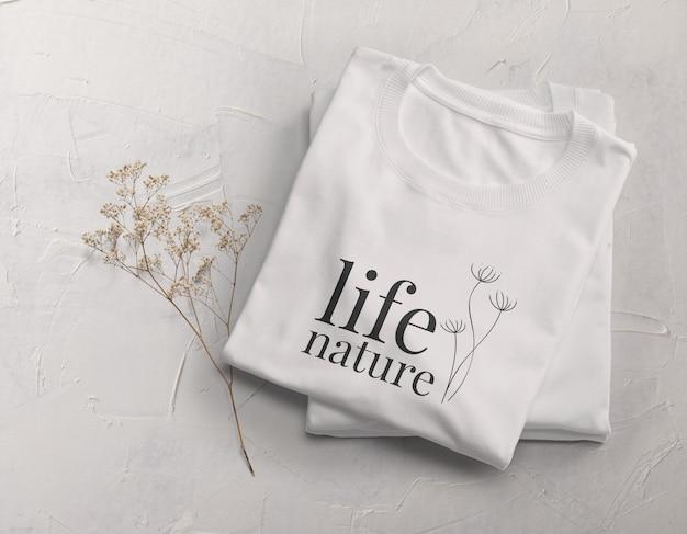 Design mockup di t-shirt piegata Psd Premium