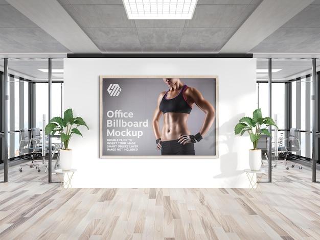 Cornice appesa al mockup della parete dell'ufficio Psd Premium