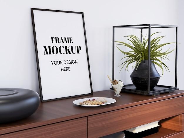 Frame mockup realistico sulla scrivania interna Psd Premium