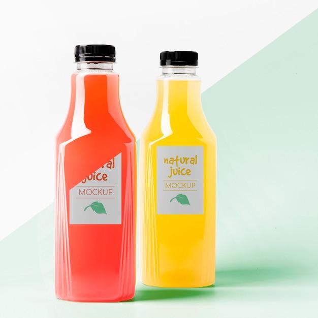 Vista frontale del mock-up di bottiglie di succo trasparente Psd Premium