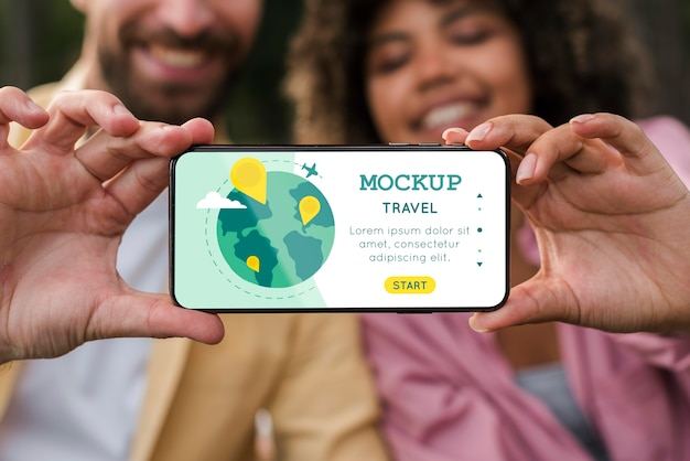 Vista frontale delle coppie di smiley che tengono smartphone durante il campeggio Psd Premium