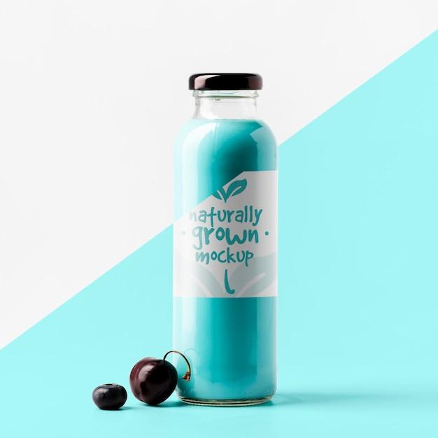 Vista frontale della bottiglia di succo di ciliegia trasparente Psd Premium