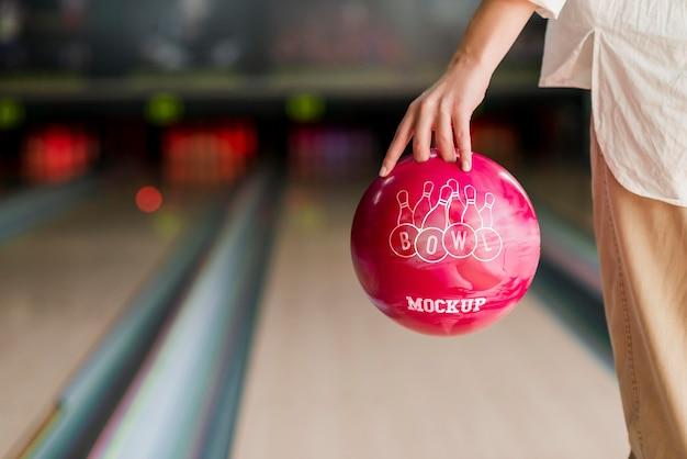 Vista frontale della donna che gioca a bowling Psd Premium