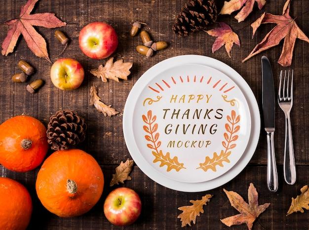 Mock-up del ringraziamento di frutta e foglie secche Psd Premium