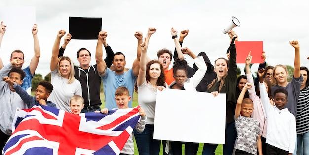 Un gruppo di attivisti sta protestando Psd Premium