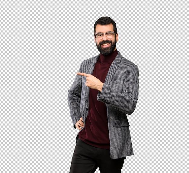 Bell'uomo con gli occhiali che punta al lato per presentare un prodotto Psd Premium