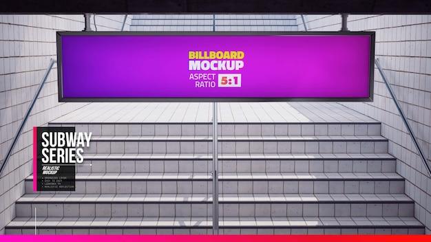 Tabellone per le affissioni appeso nella stazione della metropolitana vicino alle scale Psd Premium