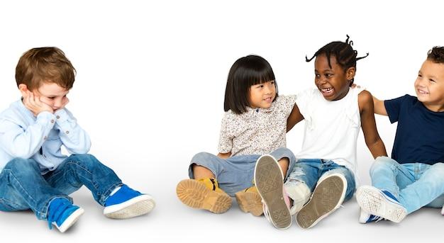 Gruppo di felicità di bambini adorabili e adorabili e un ragazzo solitario Psd Premium