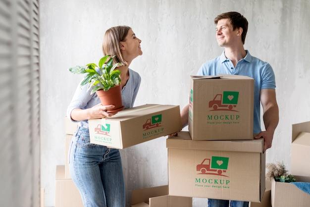 Coppie felici che ottengono le loro scatole pronte per trasferirsi in una nuova casa Psd Premium