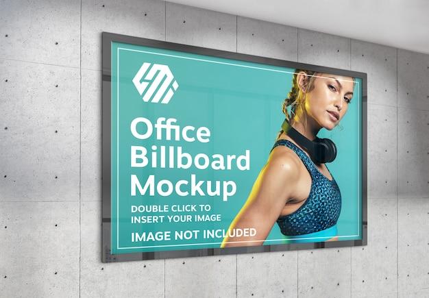 Tabellone per le affissioni orizzontale che appende sul modello della parete dell'ufficio illuminato dal sole Psd Premium