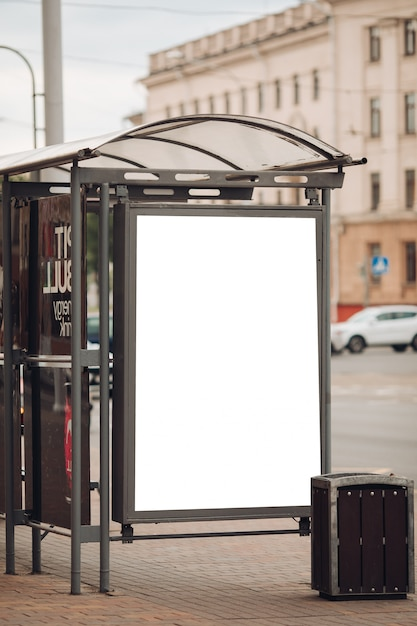 Un grande cartellone pubblicitario con informazioni e pubblicità interessanti installato lungo una larga strada nel centro della città Psd Premium
