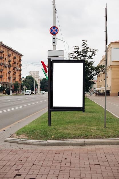 Grande scudo per pubblicità esterna, installato lungo autostrade, strade e luoghi affollati Psd Premium