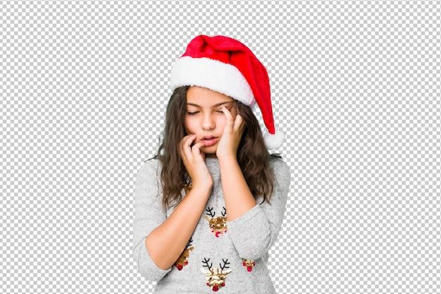 Bambina che celebra il giorno di natale piagnucolando e piangendo sconsolata. Psd Premium