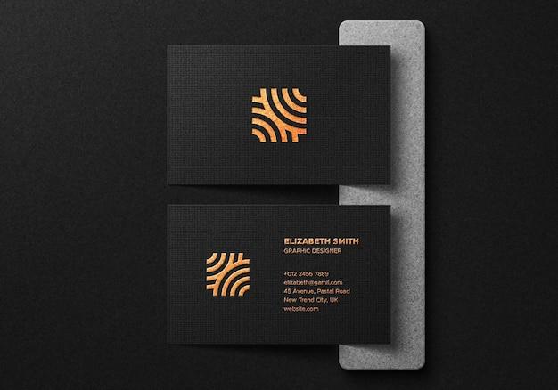 Mockup di biglietto da visita di lusso con effetto lamina d'oro su sfondo scuro Psd Premium