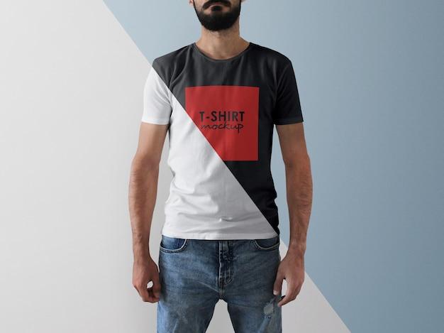 Uomo che indossa un mockup di t-shirt con colore modificabile Psd Premium