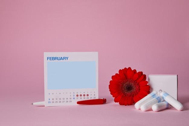 Tamponi sanitari mestruali, scatola e fiore rosso Psd Premium