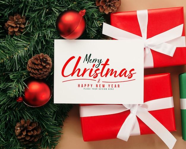 Mockup di cartolina d'auguri di buon natale con decorazioni di regali di natale Psd Premium
