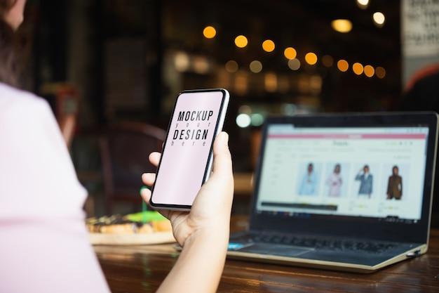 Telefono cellulare in bianco del modello per il concetto di acquisto online dei clohes di modo. Psd Premium