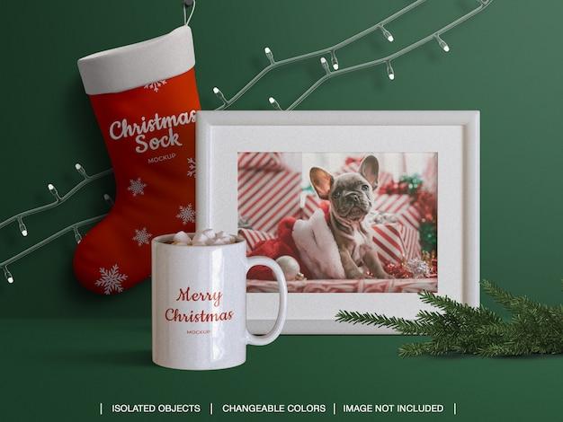 Mockup di calza di calza e tazza di carta fotografica con cornice con decorazioni natalizie Psd Premium