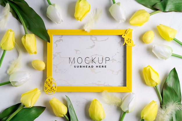 Cornice mockup con tulipani e decorazioni di pasqua Psd Premium