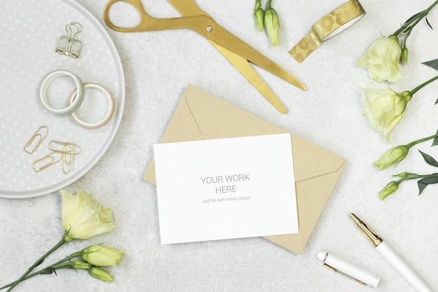 Carta di invito mockup con elementi dorati Psd Premium