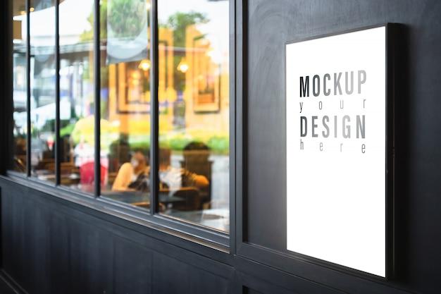 Lightbox del modello sulla parete nera con il fondo vago del ristorante. Psd Premium