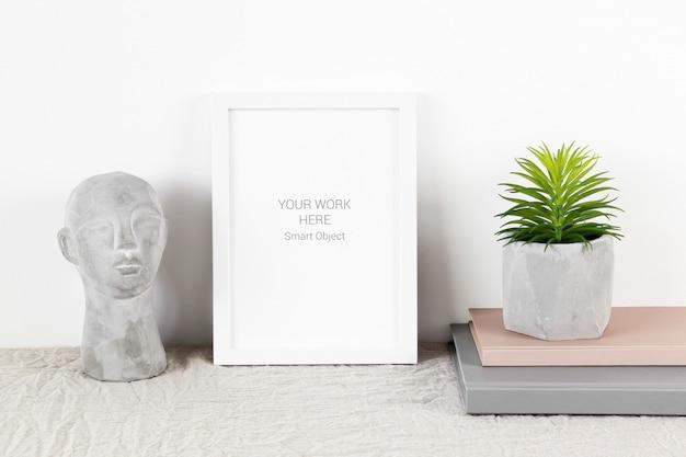 Cornice per foto mockup con piante e libri Psd Premium