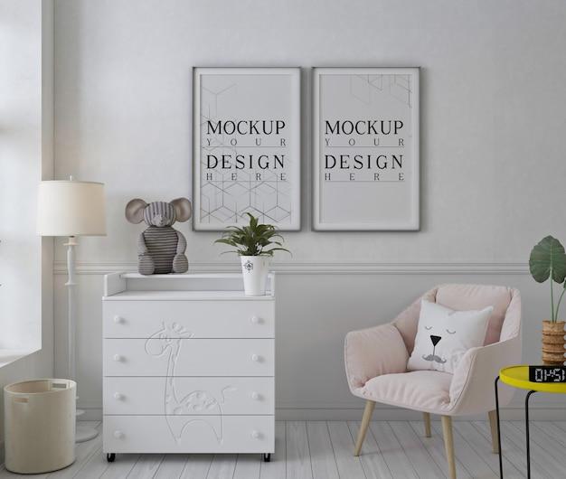 Cornice per poster mockup nella stanza della scuola materna bianca con sedia rosa Psd Premium