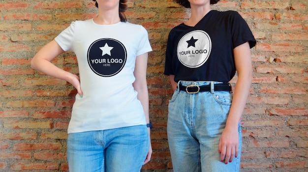 Mockup per t-shirt - due ragazze in posa casual Psd Premium