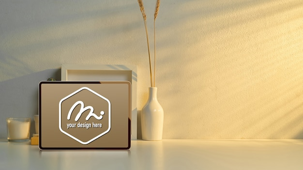 Tavoletta mockup sul piano di lavoro con decorazioni Psd Premium