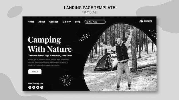 Modello di pagina di destinazione monocromatica per il campeggio con l'uomo Psd Premium