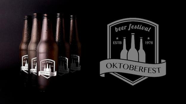 Birra mock-up fest di ottobre con sfondo nero Psd Premium