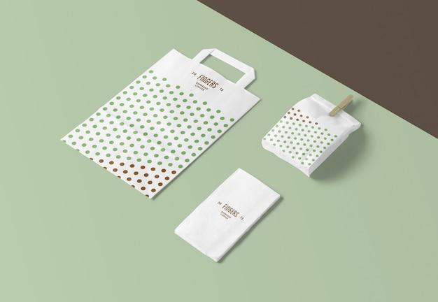 Mockup di tovagliolo e sacchetto di carta isolati Psd Premium