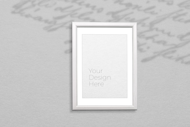 Mockup di cornice per foto sul muro grigio con sovrapposizione di ombre Psd Premium