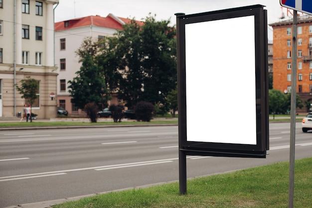 Immagine di un grande cortile esterno per la visualizzazione di annunci pubblicitari accanto al viale Psd Premium