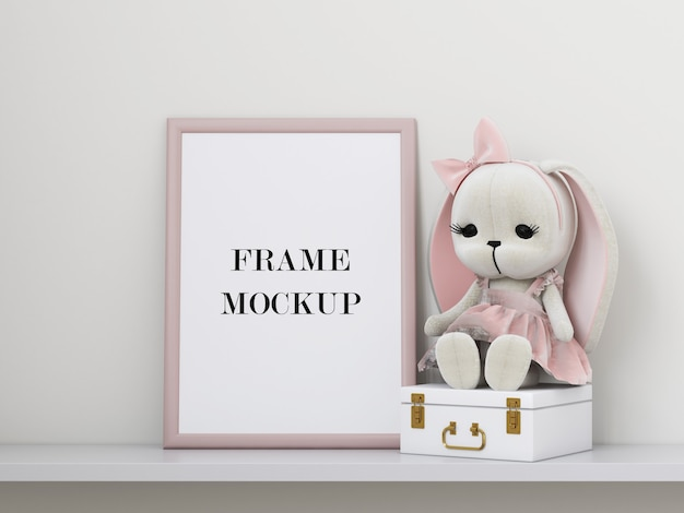 Mockup di cornice per foto rosa accanto al peluche Psd Premium