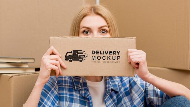 Ritratto di donna con cartello di consegna con mock-up Psd Premium