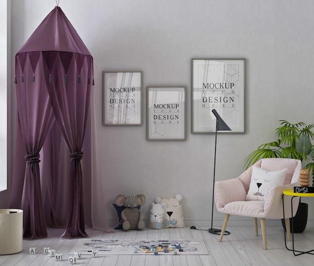 Mockup di fotogrammi di poster in una graziosa sala giochi con tenda viola, poltrona rosa e giocattoli Psd Premium
