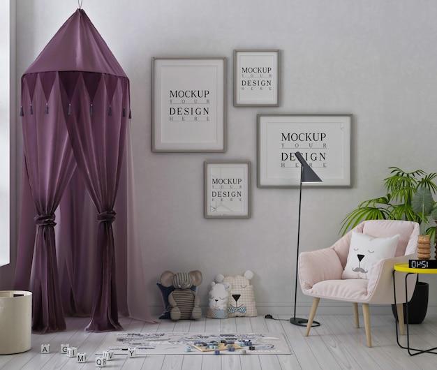 Mockup di fotogrammi di poster in una graziosa sala giochi con tenda viola e poltrona rosa Psd Premium