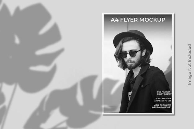 Mockup di brochure flyer a4 realistico con sovrapposizione di ombre Psd Premium
