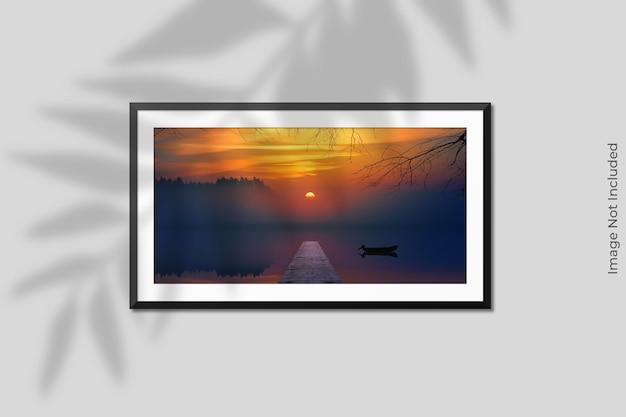Mockup di cornice orizzontale realistico appeso al muro con sovrapposizione di ombre Psd Premium