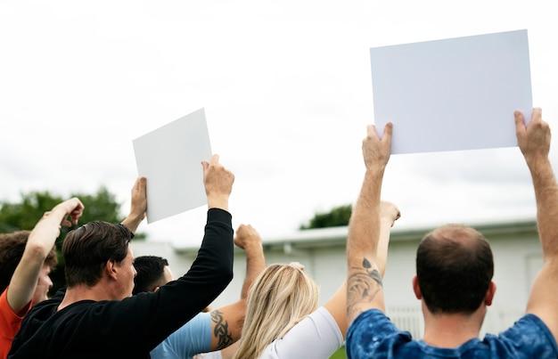 Vista posteriore di attivisti che mostrano documenti mentre protestano Psd Premium