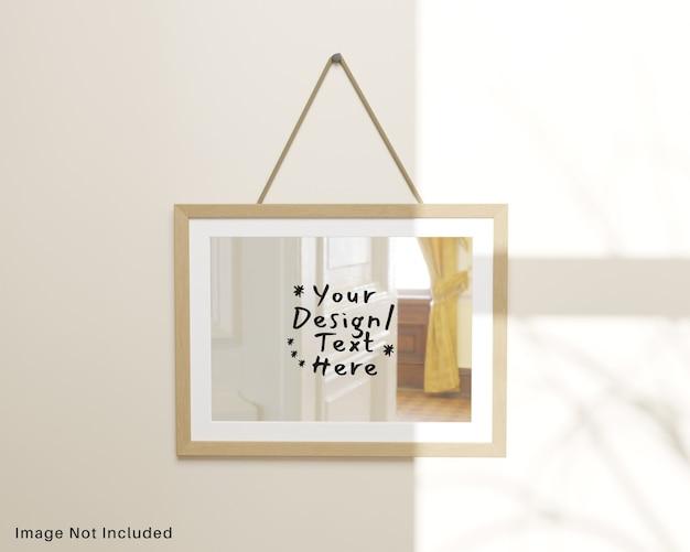 Specchio riflettente con cornice in legno appeso al modello a parete Psd Premium