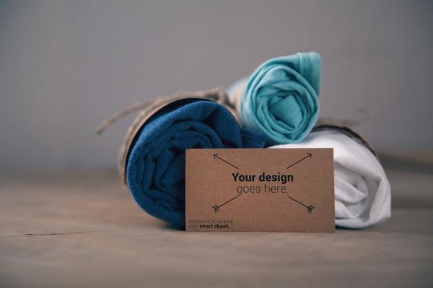 Magliette arrotolate con biglietto da visita mockup Psd Premium